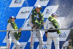 Podium GTE Pro : les deuxièmes, Andy Priaulx, Harry Tincknell, Pipo Derani, Ford Chip Ganassi Racing