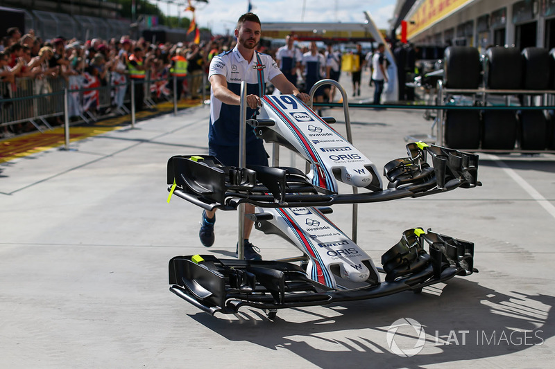 Williams mechanic with Williams FW40 nose, front wings