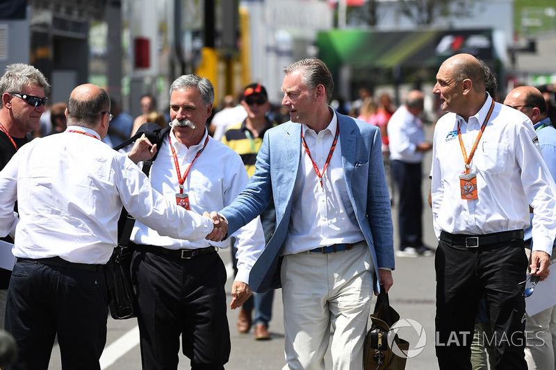 Bruno Michel (paling kanan), bersama pimpinan F1, Chase Carey dan Sean Bratches