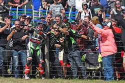 Ganador de la carrera Jonathan Rea, Kawasaki Racing con fans