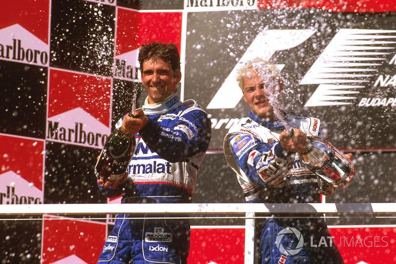 Подіум: переможець Жак Вільньов (Williams) і другий призер Деймон Хілл (Arrows)