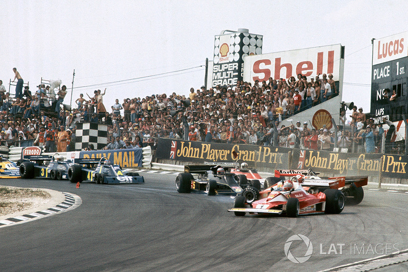 Clay Regazzoni, Ferrari 312T2, James Hunt, McLaren M23 chocan con Niki Lauda, Ferrari 312T2
