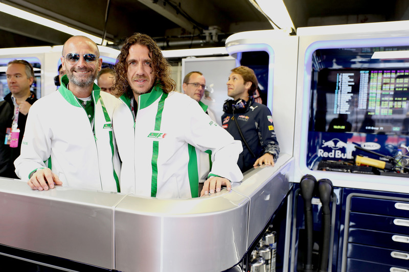 Gianluca Di Tondo, Senior Director Global Heineken Brand and Heineken ambassador Carles Puyol in the Red Bull Racing garage
