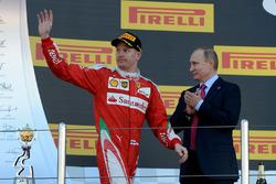 Podium: tercero, Kimi Raikkonen, Ferrari y Vladimir Putin, Presidente de Rusia.