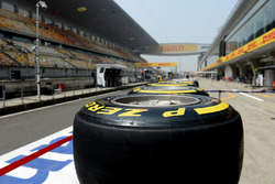 Шины Pirelli на пит-лейне