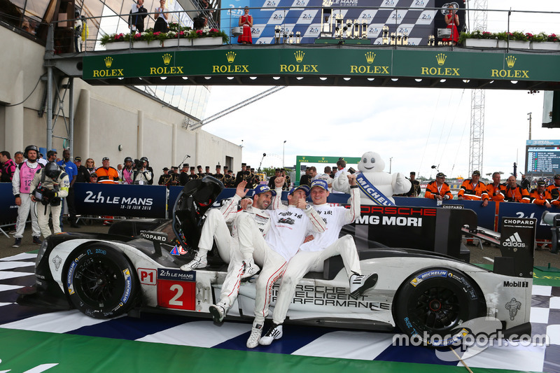 Ganadores de la carrera #2 Porsche Team Porsche 919 Hybrid: Romain Dumas, Neel Jani, Marc Lieb