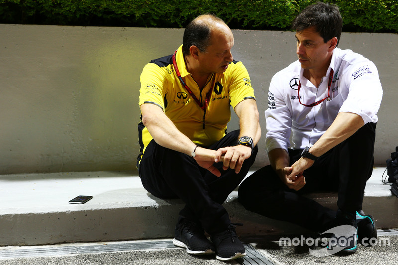 (L to R): Frederic Vasseur, Renault Sport F1 Team Racing Director with Toto Wolff, Mercedes AMG F1 S