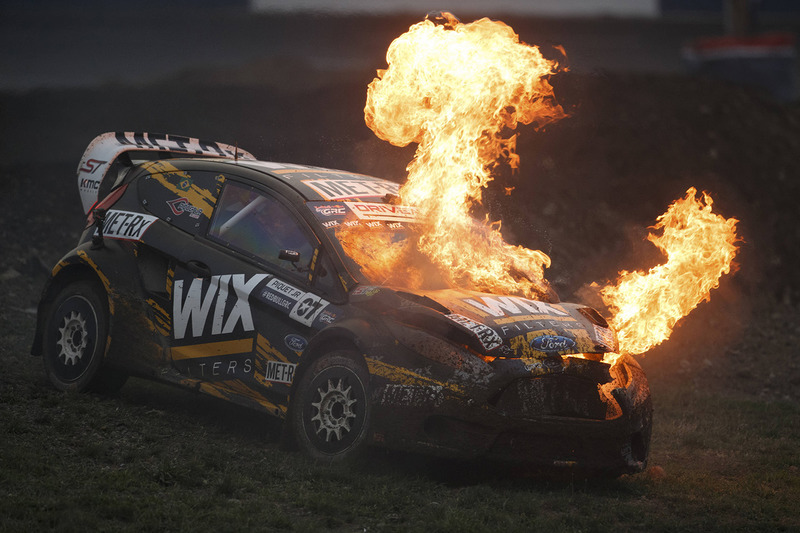 النيران مشتعلة في سيارة نيلسون بيكيه الابن، إس.إش ريسينغ فورد