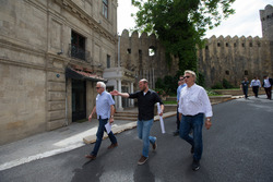 Charlie Whiting y Hermann Tilke examinan la preparacion de la pista de Baku