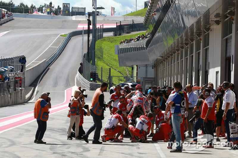 Andrea Dovizioso, Ducati Team in pitlane