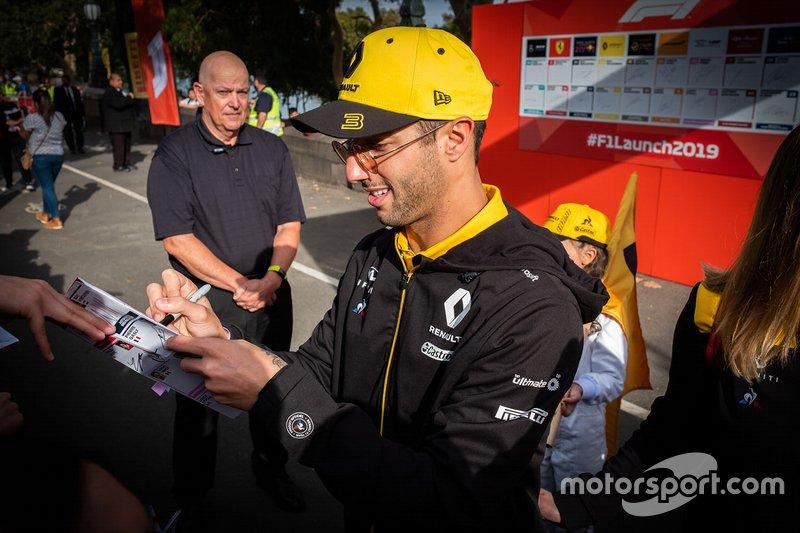 Daniel Ricciardo, Renault F1 Team signs autographs for the fans