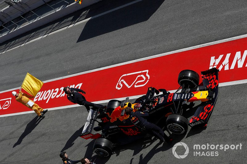 Max Verstappen, Red Bull Racing RB15 se para en el pitlane