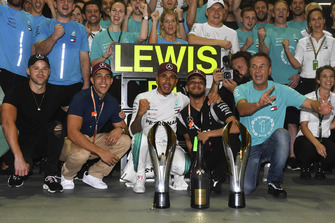 Lewis Hamilton, Mercedes AMG F1 celebrates with the champagne and his team
