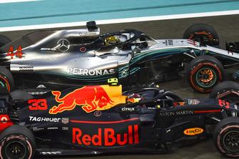 Lewis Hamilton, Mercedes-AMG F1 W09 avec les disques de freins rouges et Max Verstappen, Red Bull Racing RB14