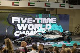 La voiture de Lewis Hamilton, Mercedes-AMG F1 W09 dans le parc fermé
