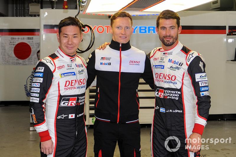 Mike Conway, Kamui Kobayashi, Jose Maria Lopez, Toyota Gazoo Racing celebran su primer puesto en la clasificación antes de ser excluidos