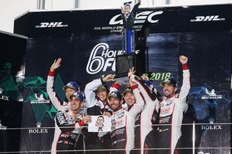 Podium LMP1: ganadores, Mike Conway, Kamui Kobayashi, Jose Maria Lopez, Toyota Gazoo Racing con Shigeki Tomoyama, Presidente Gazoo Racing, segundo, Sebastien Buemi, Kazuki Nakajima, Fernando Alonso, Toyota Gazoo Racing