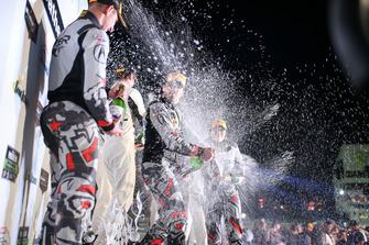 #86 Michael Shank Racing con Curb-Agajanian Acura NSX, GTD: Katherine Legge, Alvaro Parente, Trent Hindman, sul podio, con lo Champagne