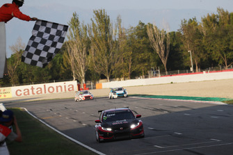 Bandera a cuadros para Attila Tassi, Hell Energy Racing with KCMG Honda Civic Type R TCR