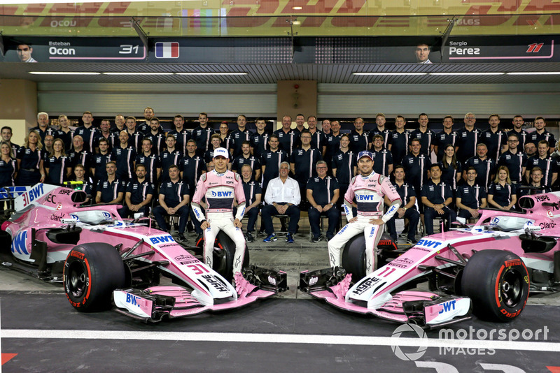 Esteban Ocon, Racing Point Force India y Sergio Pérez, Racing Point Force India en la foto del equipo Racing Point Force India F1