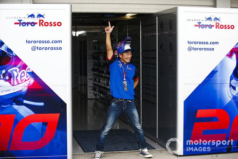 Un invitado de Toro Rosso asume una pose en la parte trasera del garaje