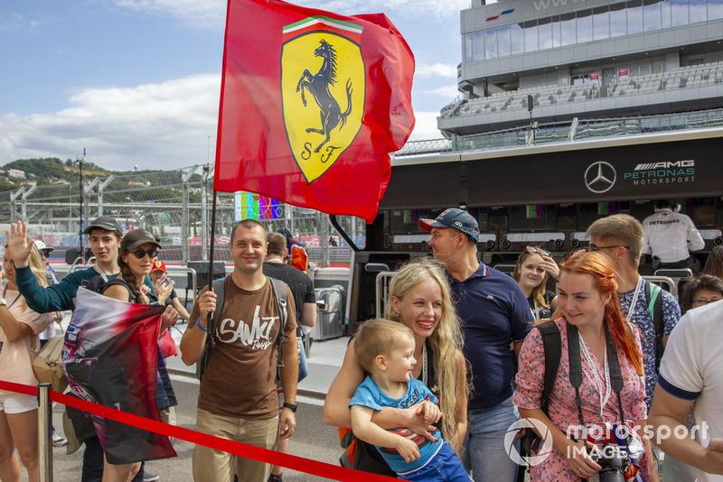 Des fans de Ferrari avec un drapeau