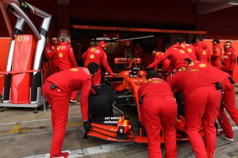 Ferrari mechanics and Sebastian Vettel, Ferrari SF90