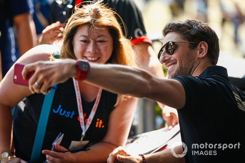 Romain Grosjean, Haas F1 Team, scatta un selfie con una tifosa
