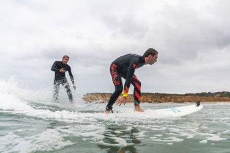 Il tre volte campione del mondo di surf Mick Fanning porta Pierre Gasly a fare surf a Torquay