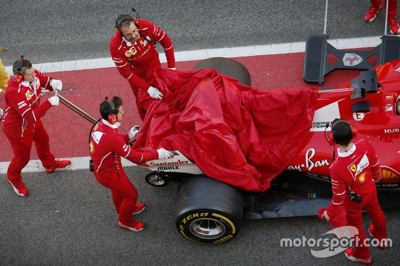 Себастьян Феттель, Ferrari, повертається в бокси з проблемами на боліді