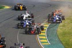 Кевин Магнуссен, Haas F1 VF-17, Маркус Эрикссон, Sauber C36, Антонио Джовинацци, Sauber C36, Лэнс Стролл, Williams FW40, Стоффель Вандорн, McLaren MCL32