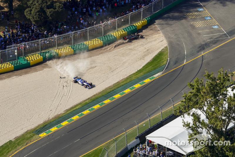 Маркус Ерікссон, Sauber C36, та Кевін Магнуссен, Haas F1 Team VF-17, зіткнення на старті