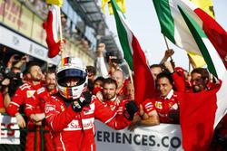 Sebastian Vettel, Ferrari, celebra su victoria con el equipo