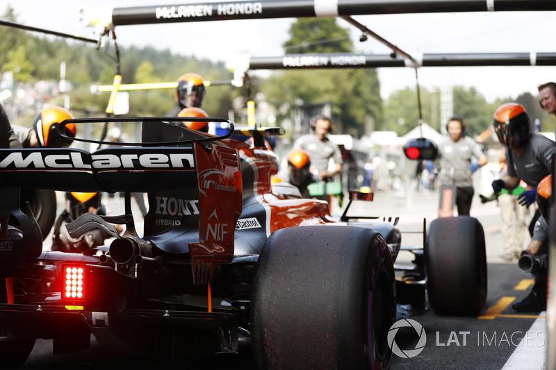 Stoffel Vandoorne, McLaren MCL32, makes a practice pit stop