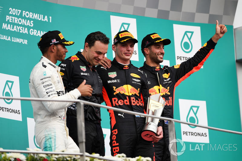 Льюіс Хемілтон, Mercedes AMG F1, Ден Феллоус, керівник відділу аеродинаміки Red Bull Racing, переможець гонки Макс Ферстаппен, Red Bull Racing, та Даніель Ріккардо, Red Bull Racing, святкують на подіумі з кубками