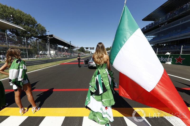 El himno de Italia es uno de los preferidos de la afición. Su bandera es bonita. Los vestidos que elige Heineken no lo tenemos tan claro...
