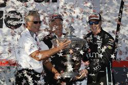 Чемпион IndyCar 2017 года Джозеф Ньюгарден вместе с владельцем команды Team Penske Роджером Пенске