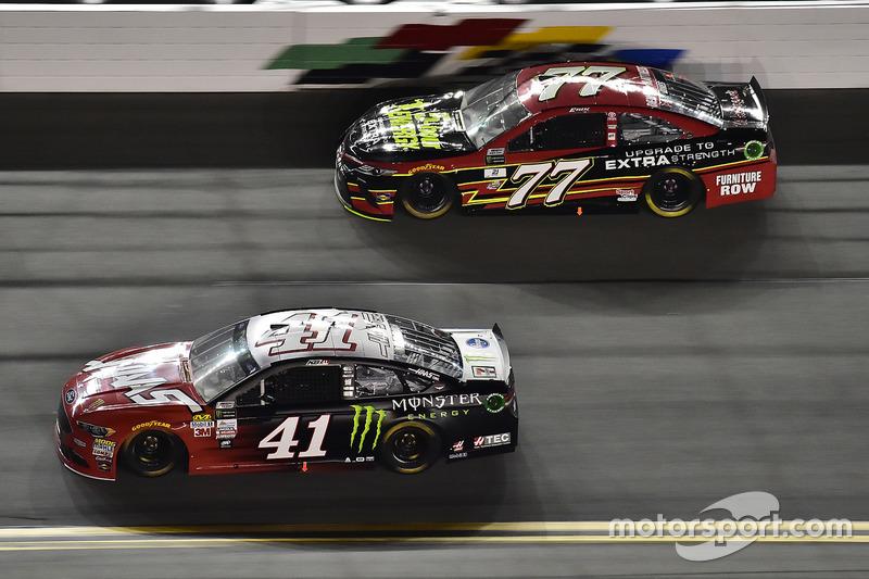 Kurt Busch, Stewart-Haas Racing, Ford; Erik Jones, Furniture Row Racing, Toyota