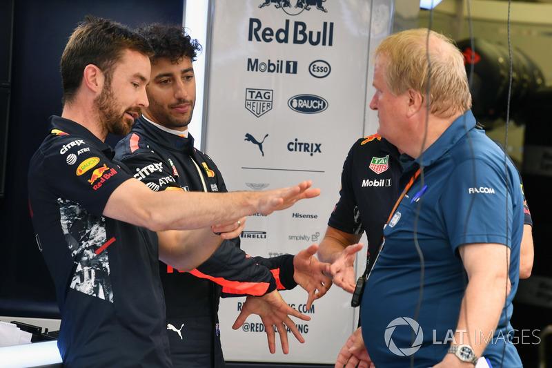 Simon Rennie, Renningenieur, Red Bull Racing, Daniel Ricciardo, Red Bull Racing und Jo Bauer, Sicherheitsdelegierter, FIA