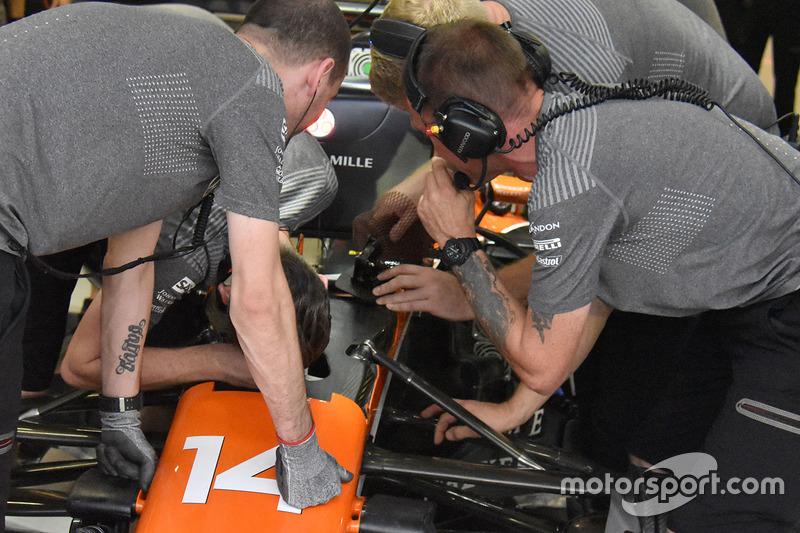 Bremspedal für Fernando Alonso, McLaren MCL32
