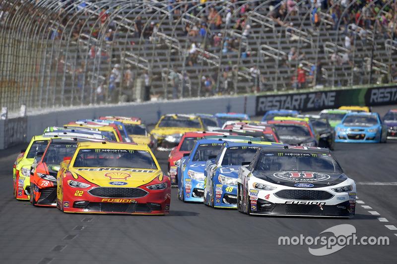 Joey Logano, Team Penske, Ford; Kevin Harvick, Stewart-Haas Racing, Ford