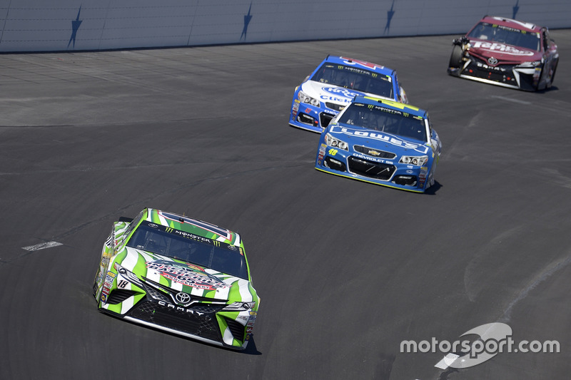 Kyle Busch, Joe Gibbs Racing, Toyota; Jimmie Johnson, Hendrick Motorsports, Chevrolet