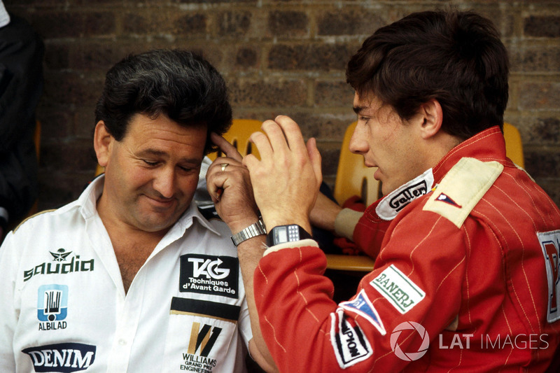 Ayrton Senna, Williams FW08C'yi Takım Menajeri Allan Challis ile tartışıyor