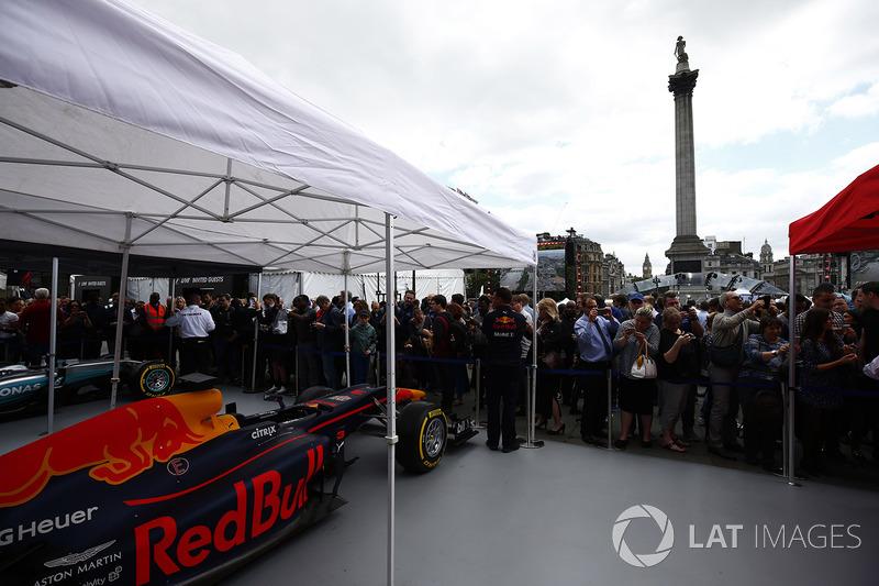 Уболівальники біля Red Bull Racing RB13 та Mercedes AMG F1 W08