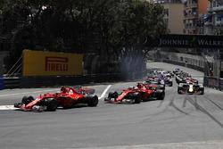 Кімі Райкконен, Ferrari SF70-H попереду Себастьяна Феттеля, Ferrari SF70-H на старті гонки