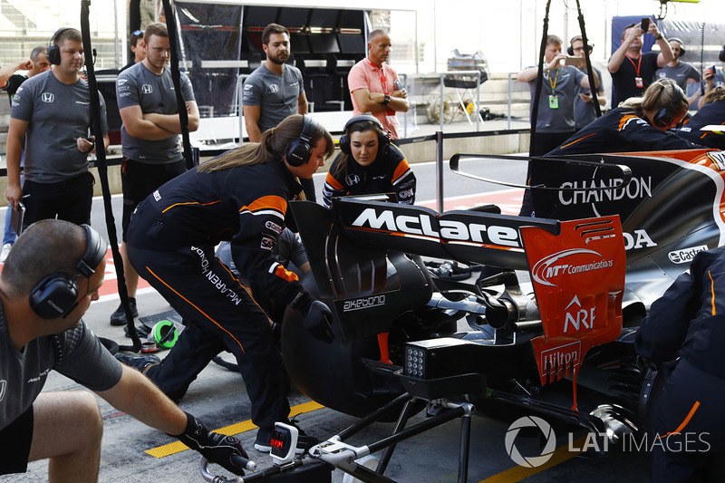 McLaren practica un pitstop con un equipo formado por mujeres