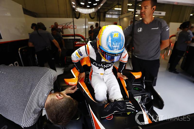Фернандо Алонсо, McLaren, сідає у болід