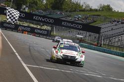 Bandera a cuadros para Tiago Monteiro, Honda Racing Team JAS, Honda Civic WTCC