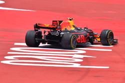 Max Verstappen, Red Bull Racing RB13, broken suspension on lap one