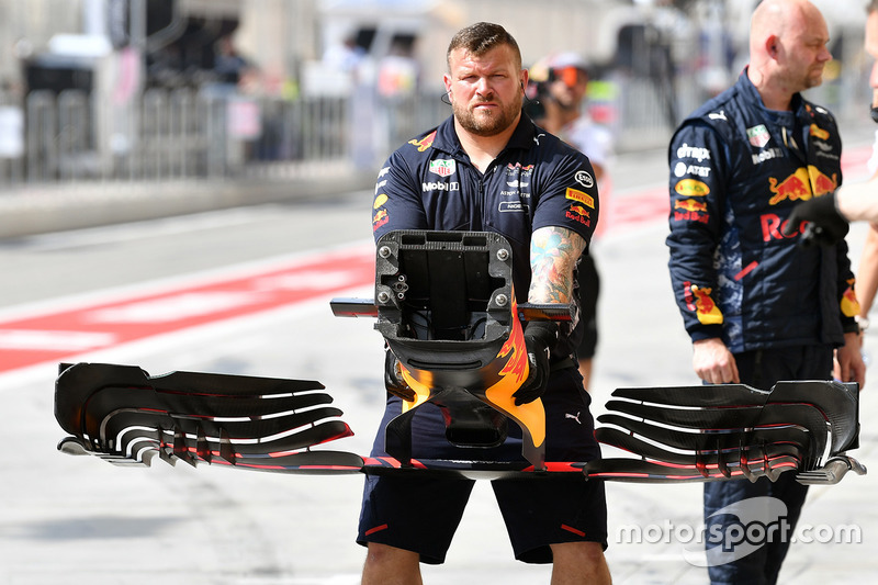 Un mecánico de Red Bull con un alerón delantero